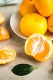 Verse mandarijnen op lijst Stock Foto