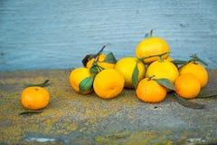 Verse mandarins op oude houten achtergrond rustic Royalty-vrije Stock Afbeeldingen