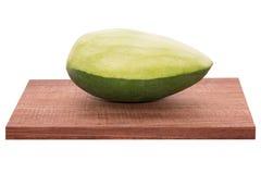 Verse mango - Gesneden groene mango's op houten met geïsoleerd wit Royalty-vrije Stock Afbeelding