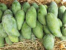 Verse mango voor verkoop Een stapel van mango het verkopen in een markt, mango Stock Fotografie
