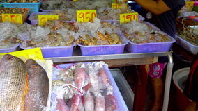 Verse marktzeevruchten in Thailand stock footage