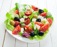 Verse Mediterrane salade met feta-kaas Stock Fotografie