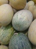 Verse meloen op plank in supermarkt royalty-vrije stock foto's