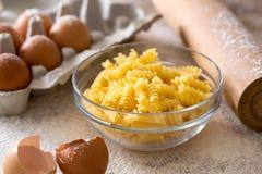 Verse met de hand gemaakte macaroni stock foto's