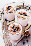 Verse milkshake, yoghurt, dessert, smoothie met aardbei royalty-vrije stock foto