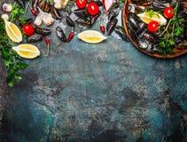 Verse mosselen met ingrediënten voor het koken op rustieke achtergrond, hoogste mening, grens Royalty-vrije Stock Afbeeldingen