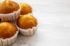 Verse muffins op een witte houten achtergrond, zijaanzicht stock foto's