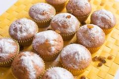 Verse muffins op geel servet stock afbeelding