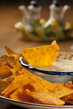 Verse nachos met een kruidige witte kaassaus stock foto's