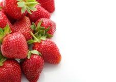 Verse natuurlijke aardbeien op witte achtergrond met plaats voor te Stock Foto