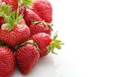 Verse natuurlijke aardbeien op witte achtergrond met plaats voor te Stock Foto's