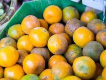 Verse natuurlijke sinaasappelen in markt, zoete en zure fruit Stock Foto