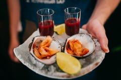Verse oester in schotel met citroen Stock Afbeelding