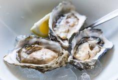 Verse oesters op ijs in een gastronomisch restaurant stock foto