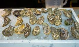Verse oesters op ijs voor verkoop bij een zeevruchtenmarkt stock foto