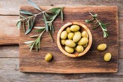 Verse olijven in een kom Stock Afbeelding