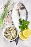 Verse ongekookte doradovissen met wilde rijst en pepermengeling op ligh Stock Foto's