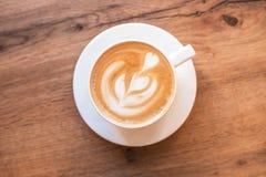 Verse op smaak gebrachte koffiekunst op houten achtergrond royalty-vrije stock afbeelding