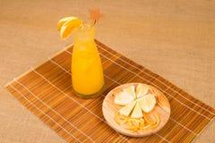 Verse orangeade voor lunch stock foto's