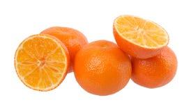 Verse oranje die mandarins op een witte achtergrond wordt geïsoleerd Stock Afbeeldingen