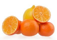 Verse oranje die mandarins op een witte achtergrond wordt geïsoleerd Stock Foto
