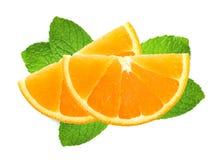 Verse oranje die plakken over muntbladeren op wit worden geïsoleerd Royalty-vrije Stock Fotografie