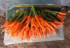 Verse oranje wortelen in markt royalty-vrije stock afbeelding
