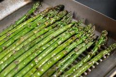 Verse organische asperge in een pan stock foto