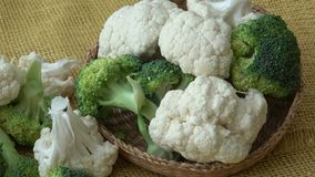 Verse organische bloemkool en broccoli stock video