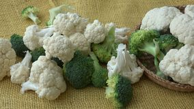 Verse organische bloemkool en broccoli stock videobeelden
