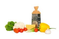 Verse organische die groenten met kaas en rasp, op wit wordt geïsoleerd Stock Foto