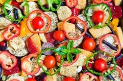 Verse organische die groentenbesnoeiing met ringen op baksel in t worden voorbereid stock fotografie