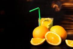 Verse organische die orangeade van natuurlijke vruchten wordt gemaakt royalty-vrije stock fotografie