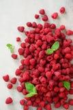 Verse organische frambozen met muntbladeren Fruitachtergrond met exemplaarruimte De zomer en van de bessenoogst concept vegan Royalty-vrije Stock Afbeeldingen