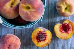 Verse organische gele perziken en perziksalsa Stock Afbeelding