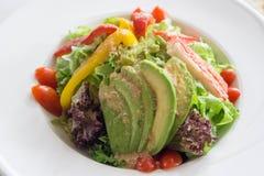 Verse organische gemengde groentensalade in witte schotel royalty-vrije stock afbeeldingen