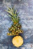 Verse organische gesneden ananas tegen rustieke achtergrond Royalty-vrije Stock Afbeeldingen