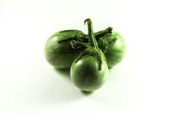 Verse organische groene aubergine met dalingen van water op witte backgr Stock Foto