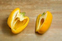 Verse organische groene paprika, paprika op houten achtergrond Hoogste mening stock foto