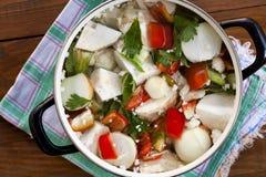 verse organische groenten in een pot Stock Afbeeldingen
