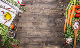 Verse organische groenten en lepels op rustieke houten achtergrond, hoogste mening, grens Gezond voedsel of vegetarisch het koken Royalty-vrije Stock Afbeeldingen