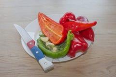 Verse organische groenten op lijst Omvat verse organische groenten en peper op houten vloer Groene en rode groene paprikabackgro Royalty-vrije Stock Fotografie
