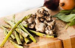 Verse organische groenten op scherpe raad royalty-vrije stock foto's