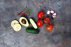 Verse organische ingrediënten voor salade die op steenachtergrond maken, hoogste mening Stock Afbeelding