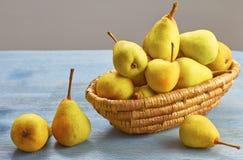 Verse organische peren in mand Royalty-vrije Stock Afbeeldingen