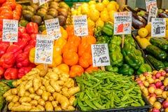 Verse Organische Vruchten en Groenten bij Landbouwersmarkt Stock Afbeeldingen