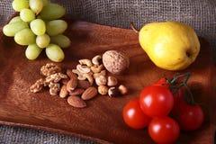 Verse organische vruchten en groenten op houten Dienend dienblad Geassorteerde appel, peer, druiven, tomaten en noten Royalty-vrije Stock Fotografie