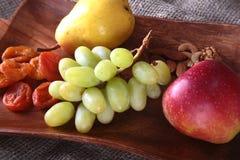 Verse organische vruchten op houten Dienend dienblad Geassorteerde appel, peer, druiven, droge vruchten en noten Royalty-vrije Stock Fotografie