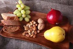 Verse organische vruchten op houten Dienend dienblad Geassorteerde appel, peer, druiven, droge vruchten en noten Royalty-vrije Stock Foto