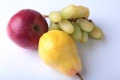 Verse organische vruchten op witte achtergrond Geassorteerde appel, peer en druiven Stock Foto's